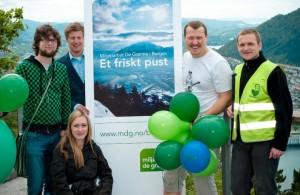 Sondre, Kyrre, Diane, Tor Øyvind og Øystein med utsikt over byen. Foto: Bergen MDG, CC BY-SA
